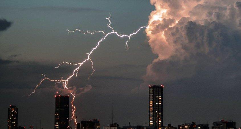 雷のときにブレーカを切ればサージ対策になりますか?
